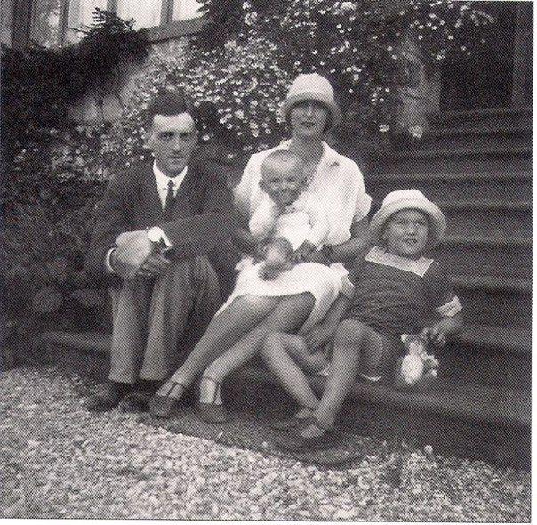 Димитрий Романович на коленях у матери